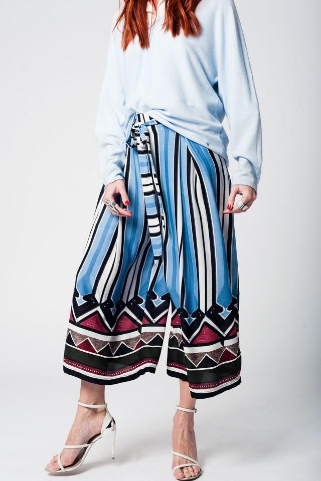 Pantalon a media pierna con rayas azules y detalle de cinturon