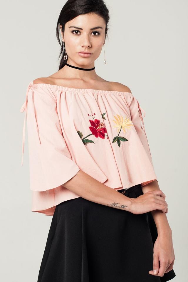 Korte roze top met blote schouders en geborduurde bloemen