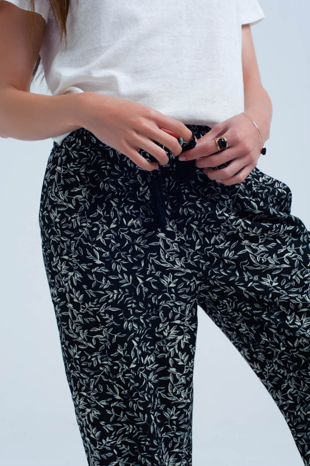Black pants with printed sheets and pockets
