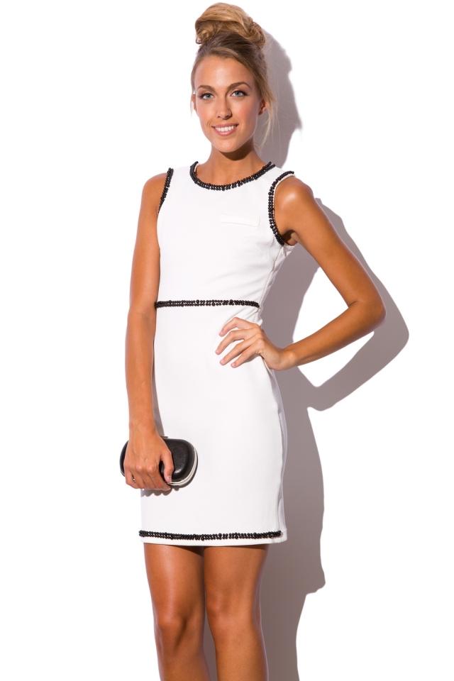 Witte jurk met versierd kralen