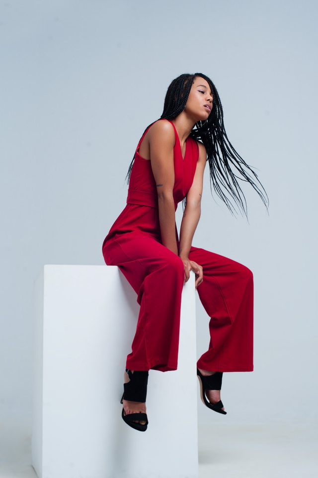 Rode mouwloos jumpsuit met een riem