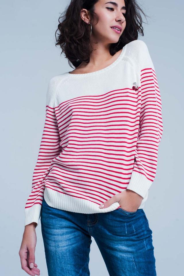 Fijngebreide trui met rode strepen een kers broche
