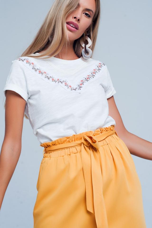 Witte T-shirt met geborduurde bloem