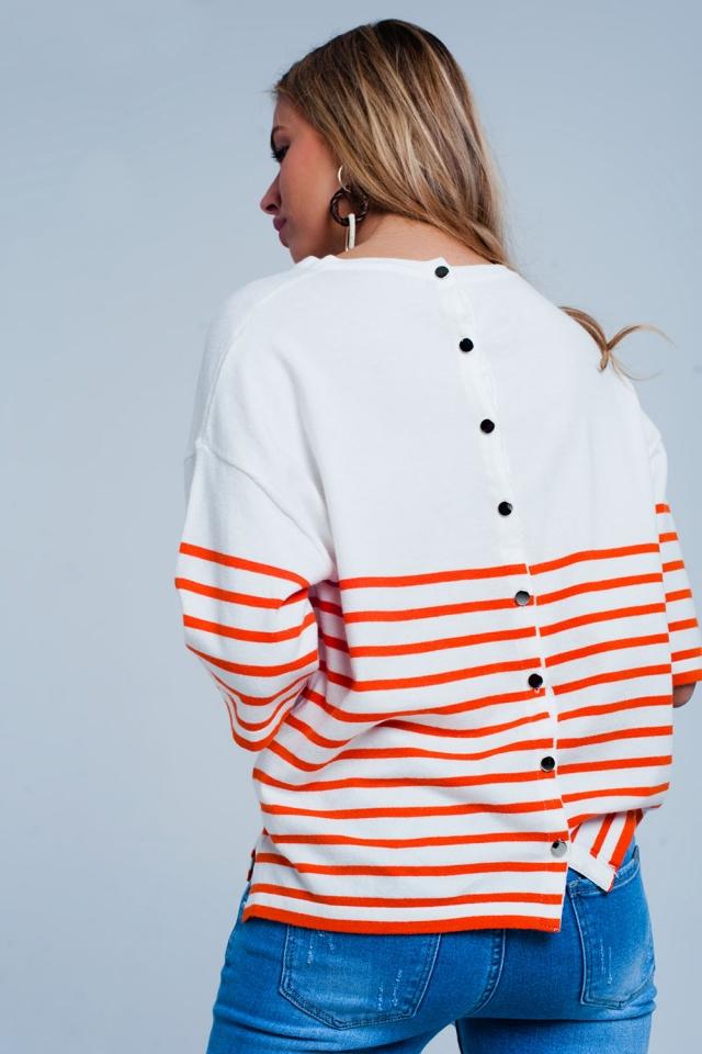 Lichte trui met knoop met oranje strepen