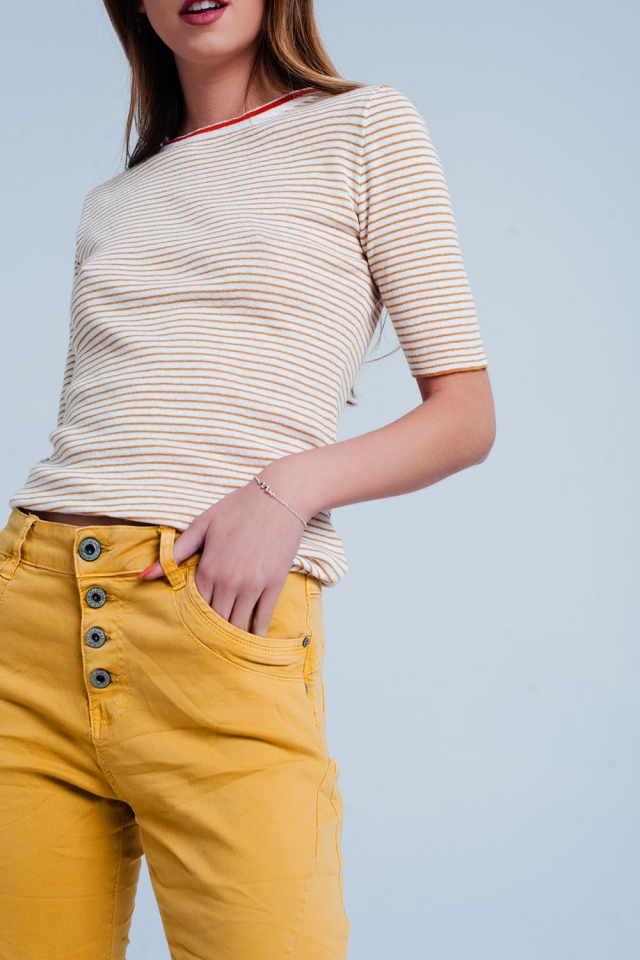 Mosterdgele trui met cropped mouwen en Bretonse streep