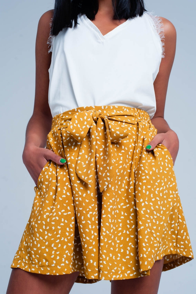Mosterd gele shorts met een witte print