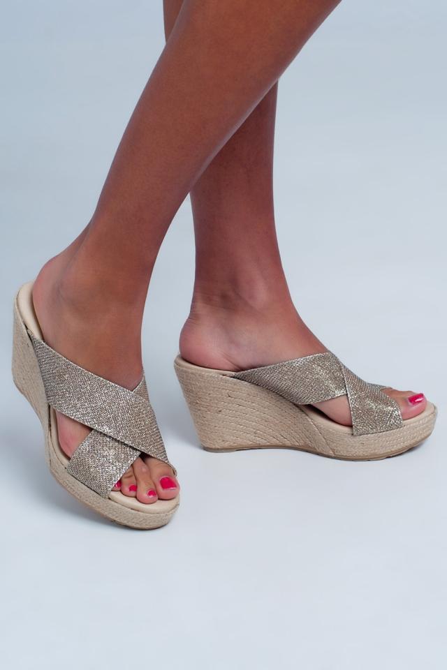 Hoge sandalen met kruisbandjes en goud kleur