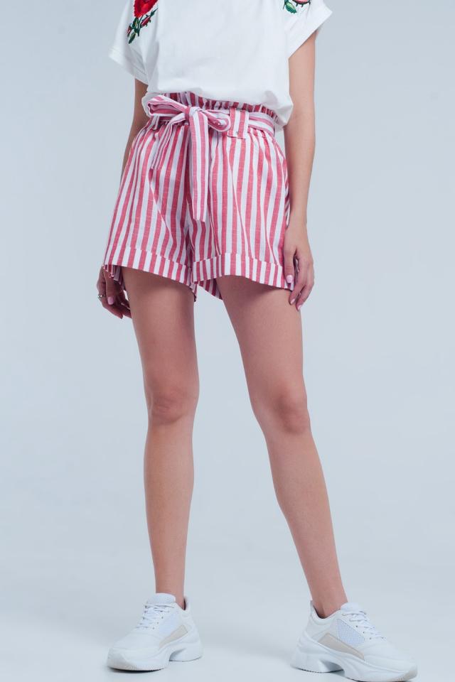 Rode korte broek met strepen en riem
