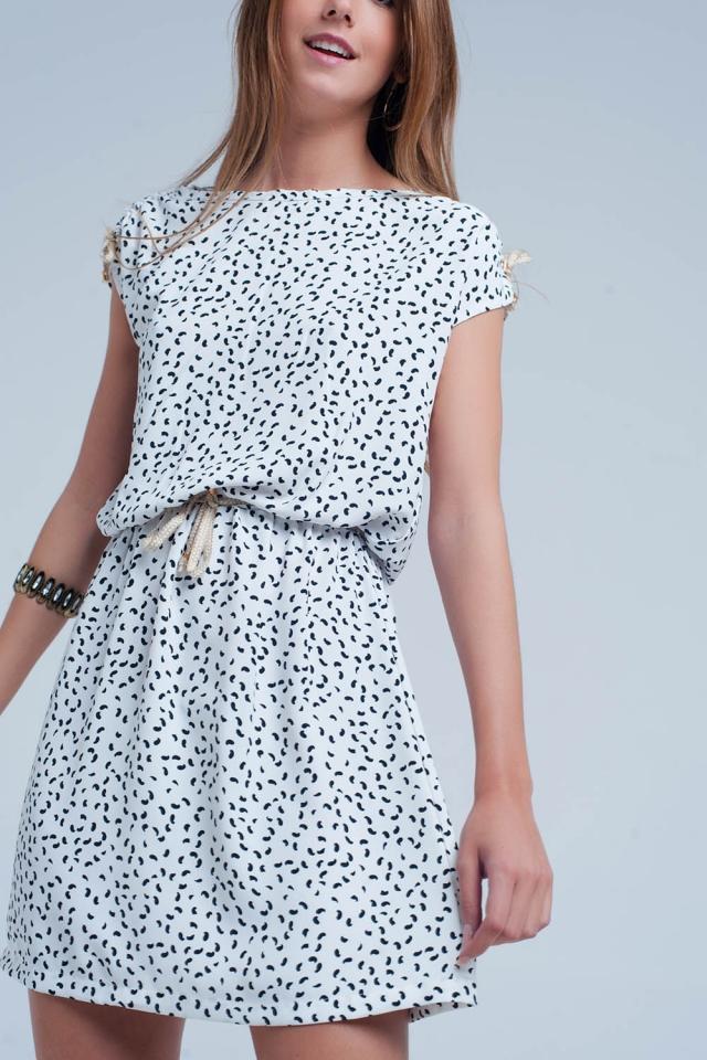 Witte jurk met een print en een riem