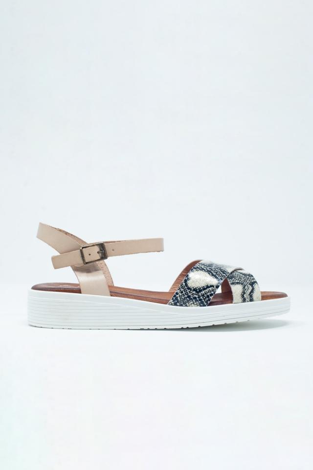 Beige platte sandalen met gekruiste bandjes en enkelbevestiging
