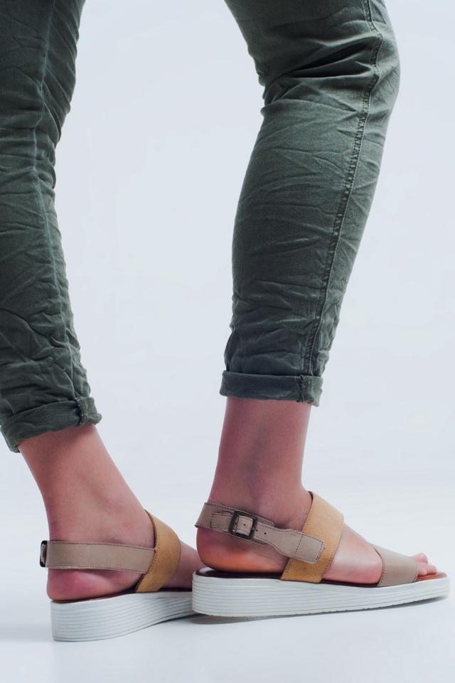Beige platte sandalen met twee bandjes
