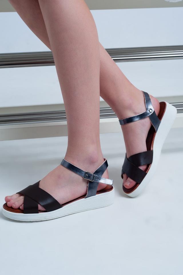 Bruine platte sandalen met gekruiste bandjes en enkelbevestiging