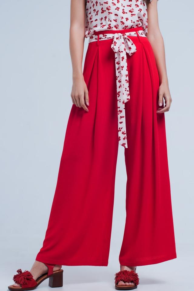 Rode broek met bloemenprint riem