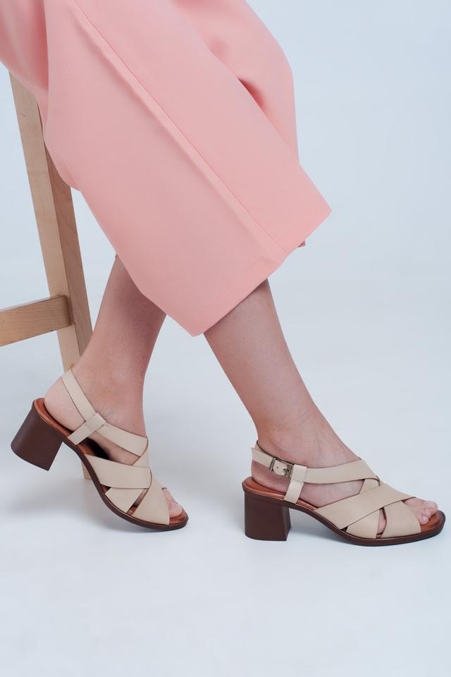 Blokhak sandaal met kruisbandjes in beige
