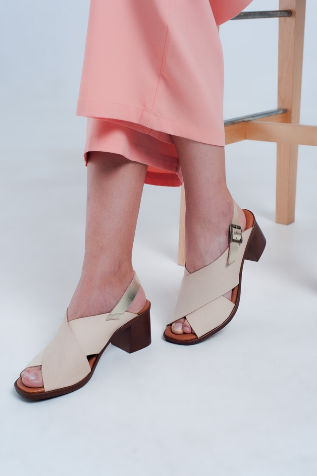 Sandalen met hak en kruisriempje in beige