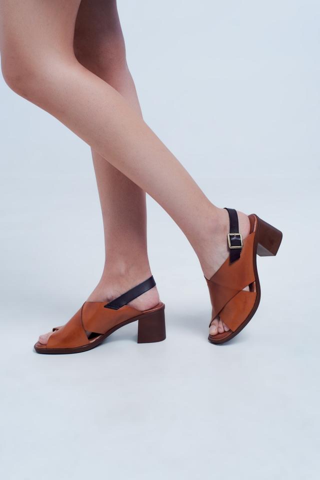 Sandalen met hak en kruisriempje in kameel kleur