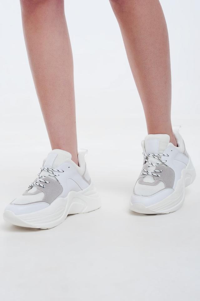 Witte sneakers met grijze en creme details