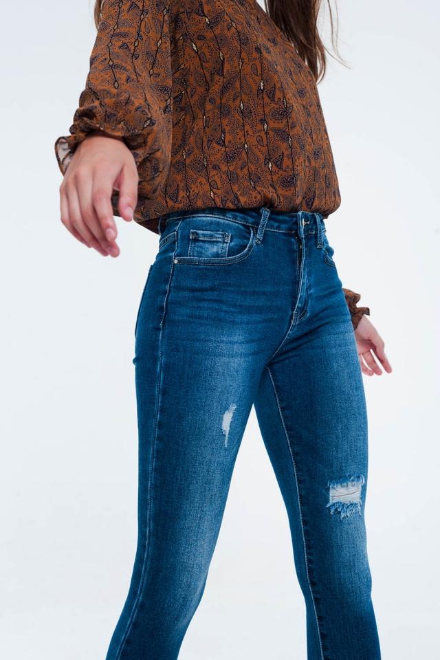 Skinny jeans met onafgewerkte zoom en slijtage-effect in middenblauw