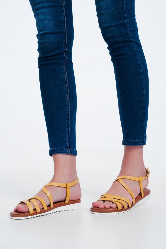 Platte sandalen met kruis- en enkelbandjes in Geel