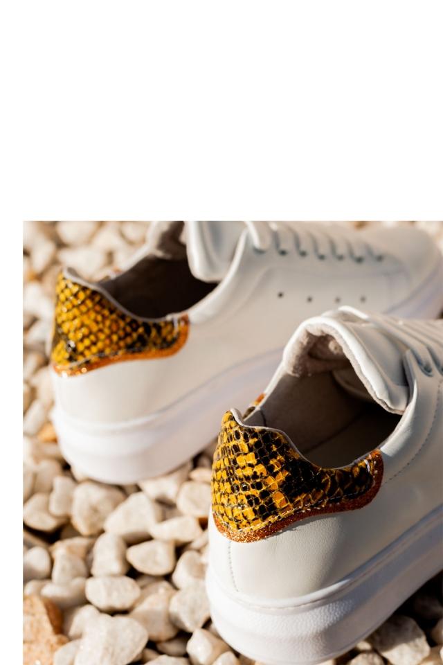 Puntige sneakers met veters en  gele slangenprint