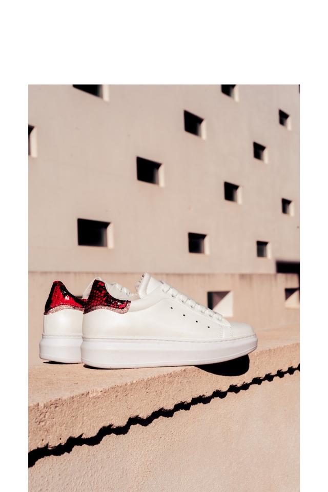 Puntige sneakers met veters en rode slangenprint