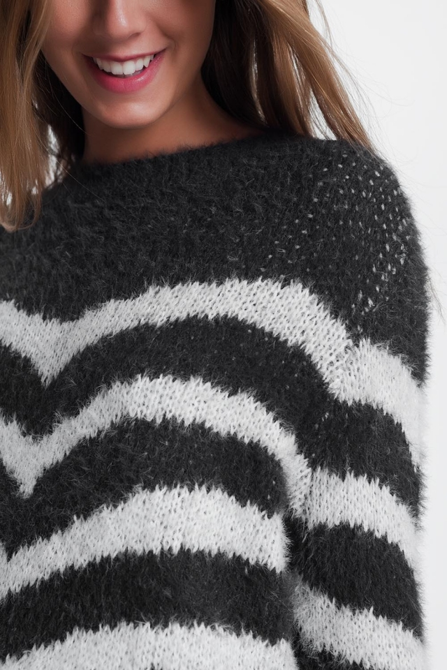 Pluizige trui in het grijs met witte strepen