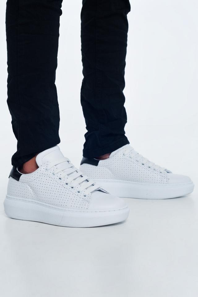 Sneakers van wit leer met perforaties