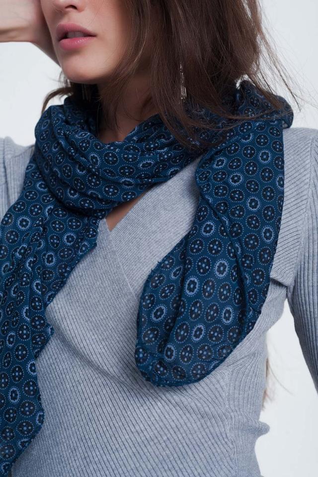 blauw kleurige sjaal met print van fleurige cirkels