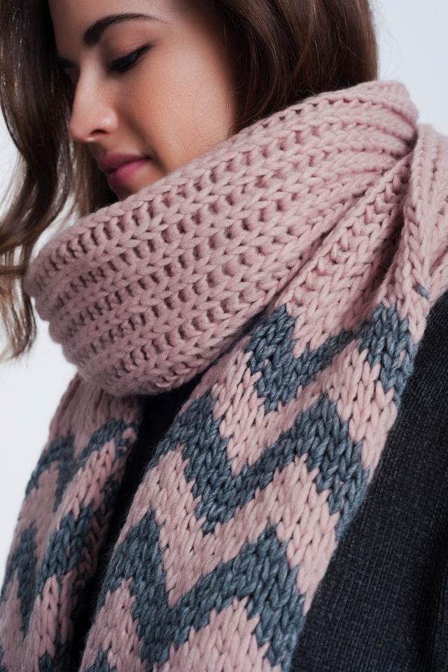 Dikke gebreide roze sjaal met zigzagstreepdetail