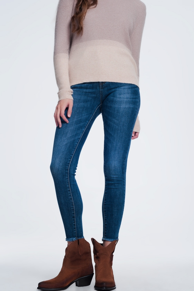 Donker gewassen jeans met ruwe zoom