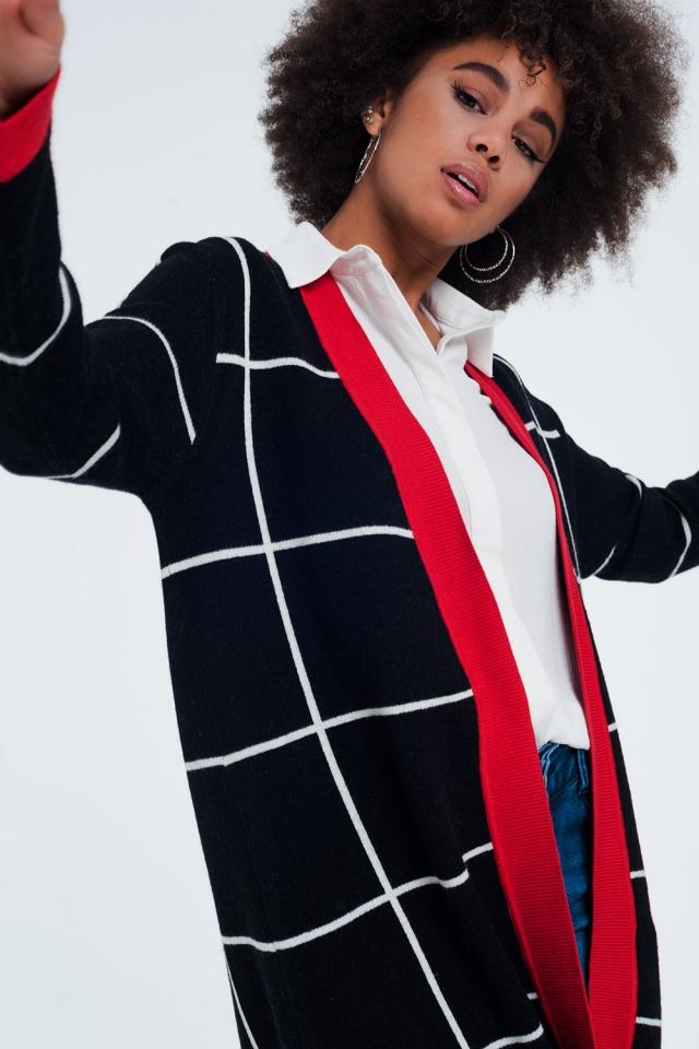 Zwart gestreept vest met rode details