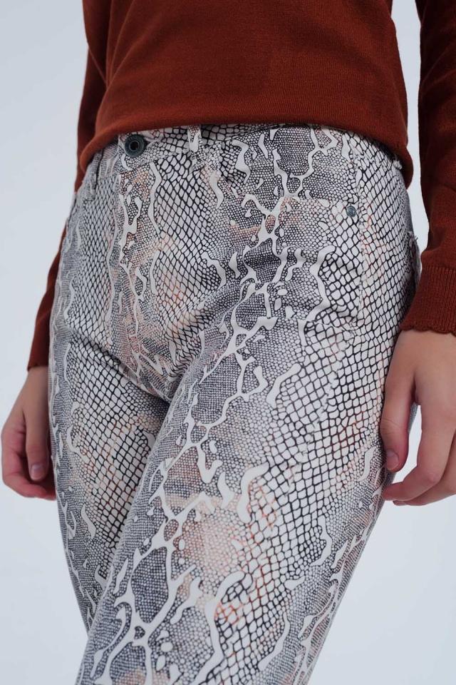 beige gekleurde broek met slangenprint