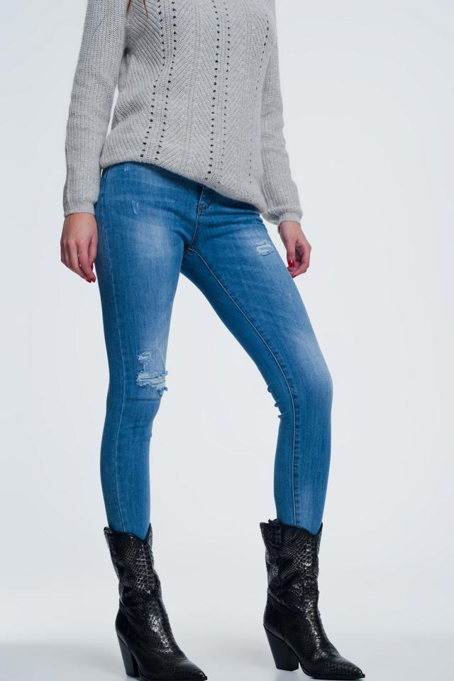 Lichte denim skinny jeans met een gescheurde knee