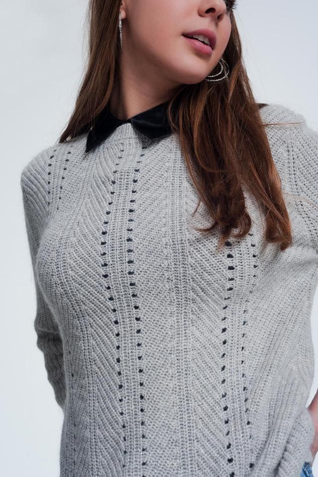 Grijze trui met ingebreide strepen detail