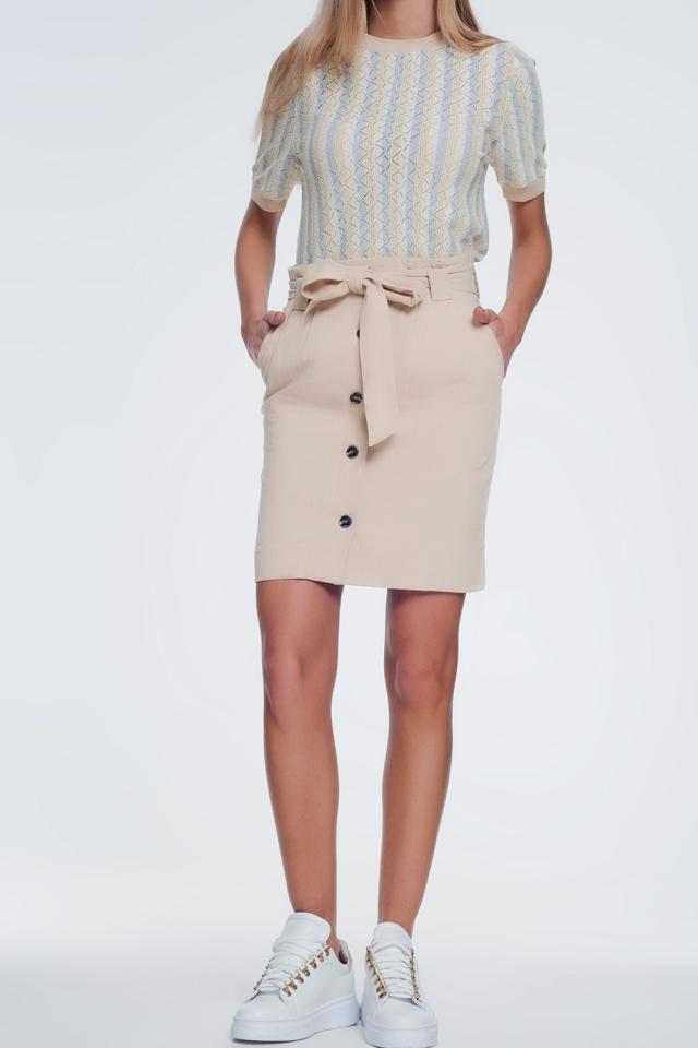 Mini beige rok met knopen aan de voorkant