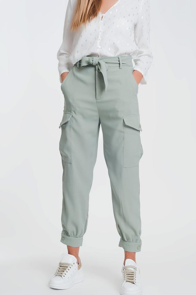 Cargobroek met rechte pijpen en zakken in groen met aangerimpelde taille