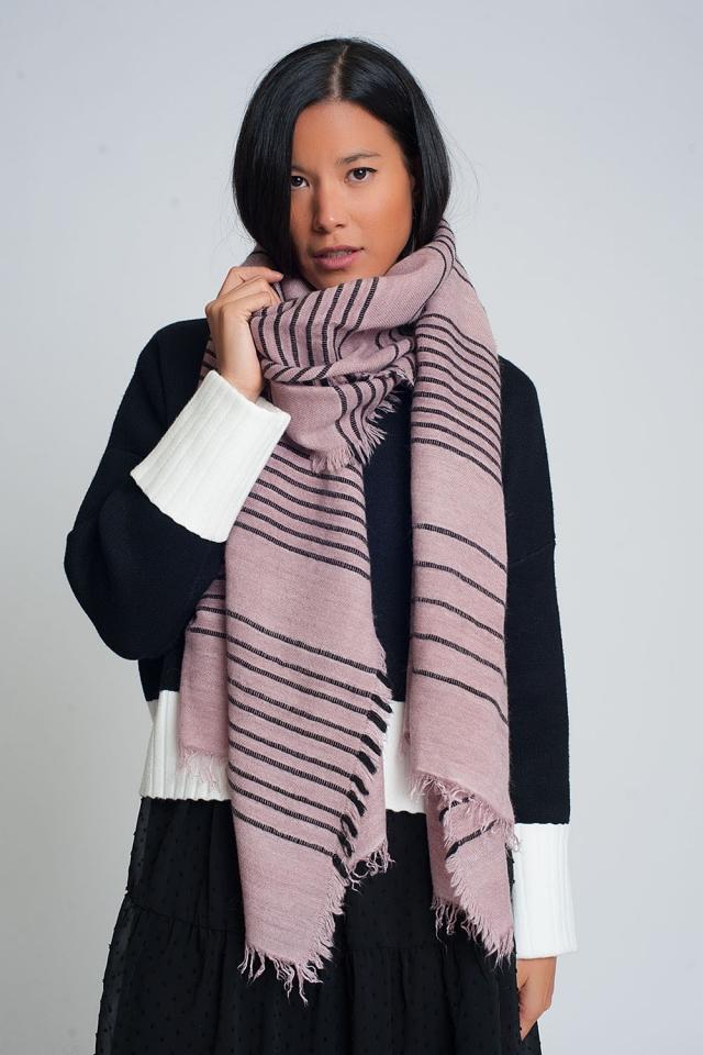 Roze sjaal met zwarte strepen