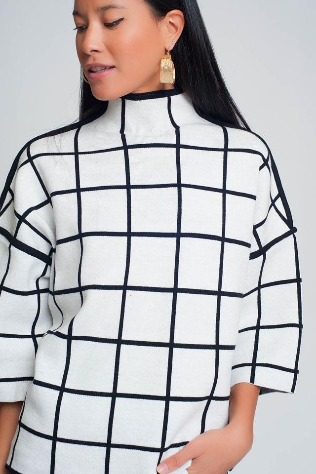Witte trui met geblokte opdruk in 3/4 mouw en hoge hals