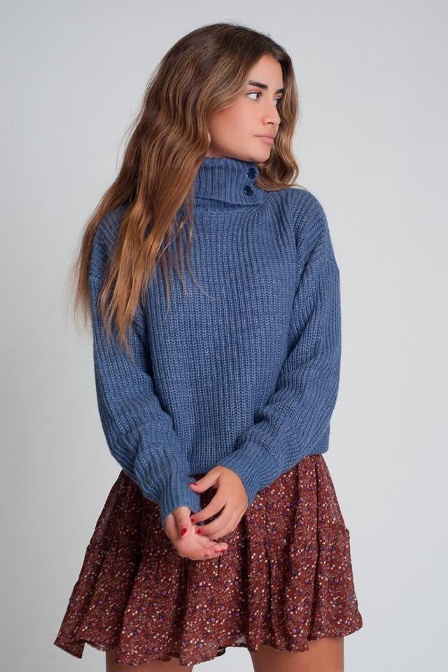 Gebreide trui met knopen en hoge kraag in blauw