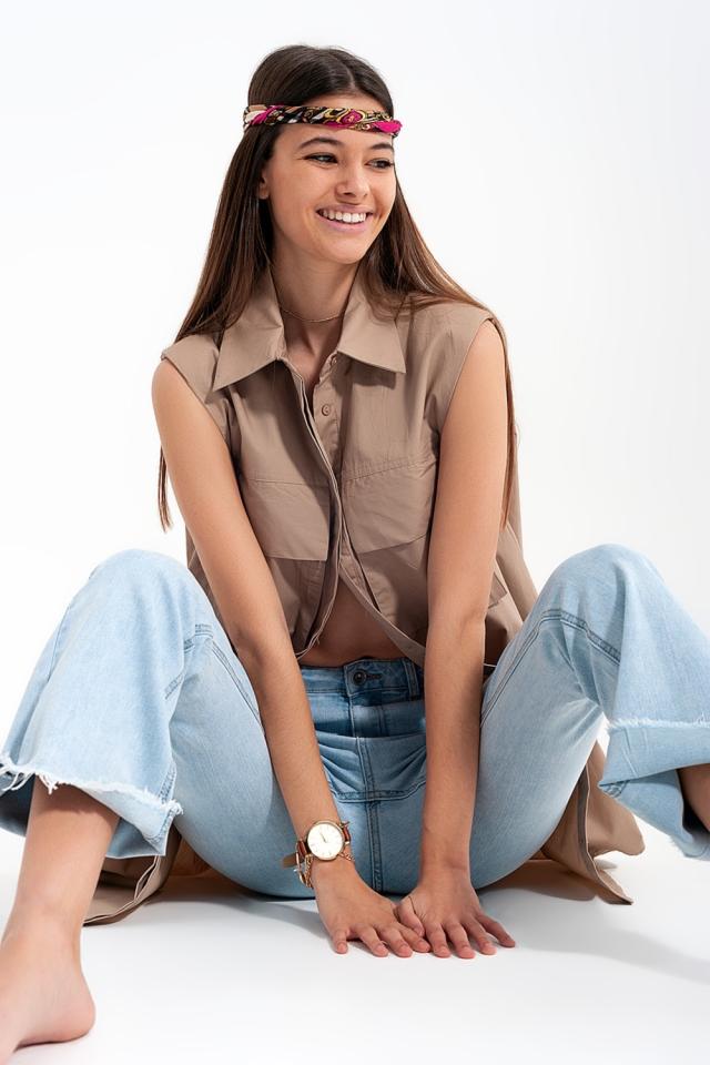 Mouwloos shirt met schoudervullingen en nuttige zakken in beige