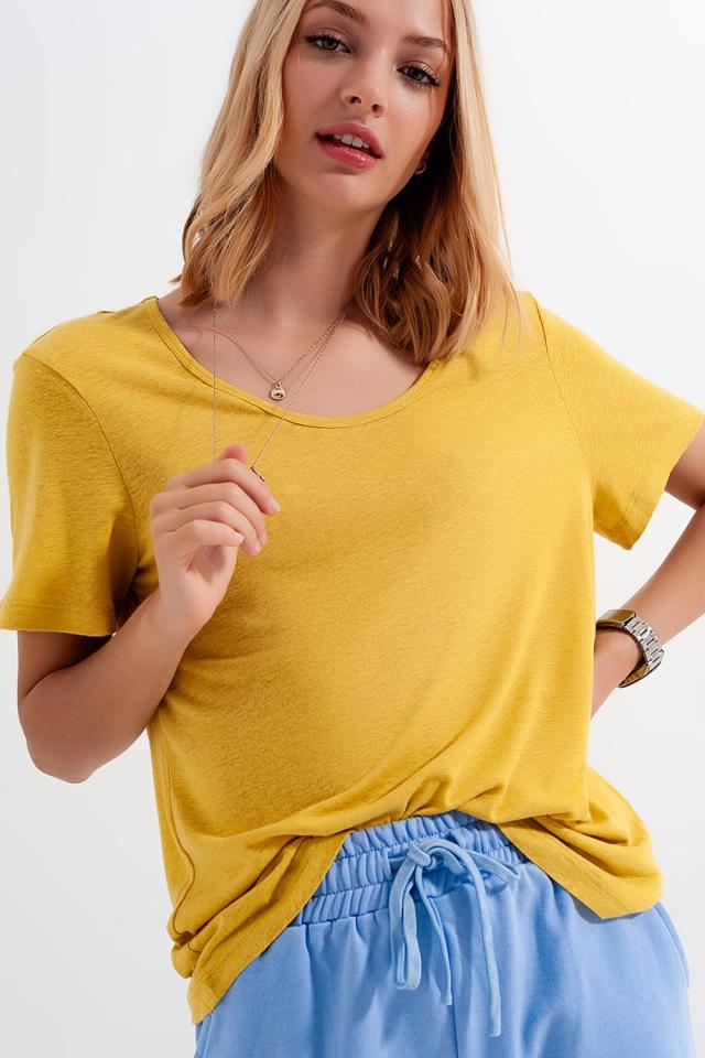 T-shirt van linnenmix met lage ronde hals in Geel